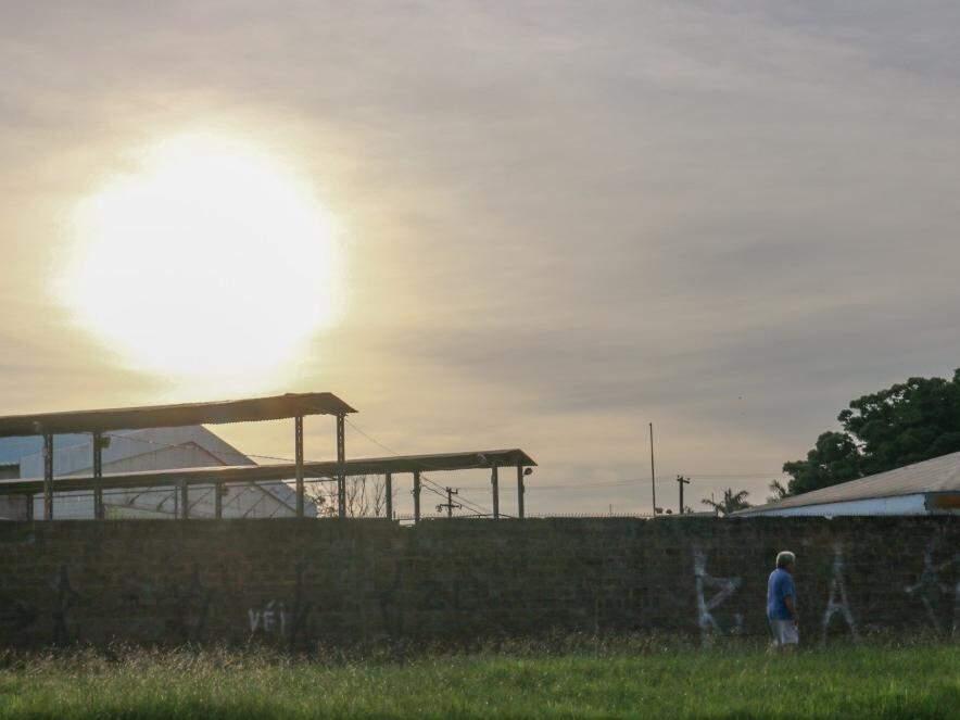 O dia amanheceu quente em Campo Grande. Por volta das 6h, os termômetros registravam 25ºC (Foto: Henrique Kawaminami)