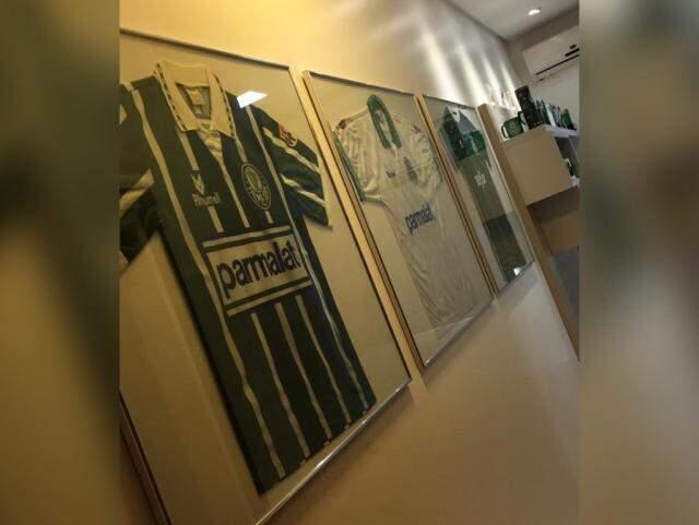Vinicius emoldurou quatro camisetas do Palmeiras em seu quarto. (Foto: Arquivo pessoal)