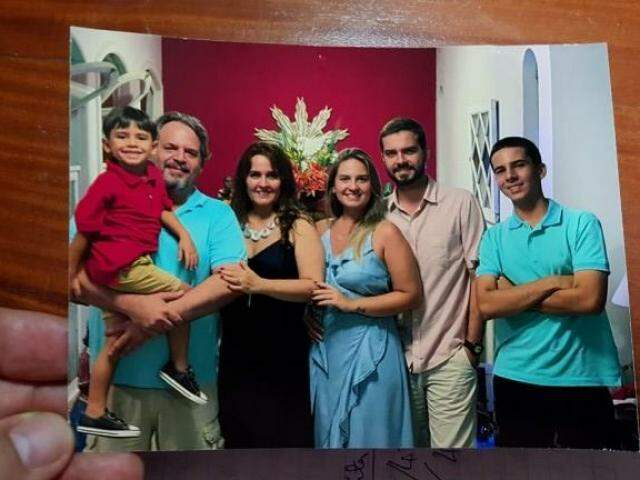 Foto em família tirada no Natal, da esquerda para direita, o pai com o neto Arthur, a esposa Luciana, Manuela e os irmãos. (Foto: Arquivo pessoal)