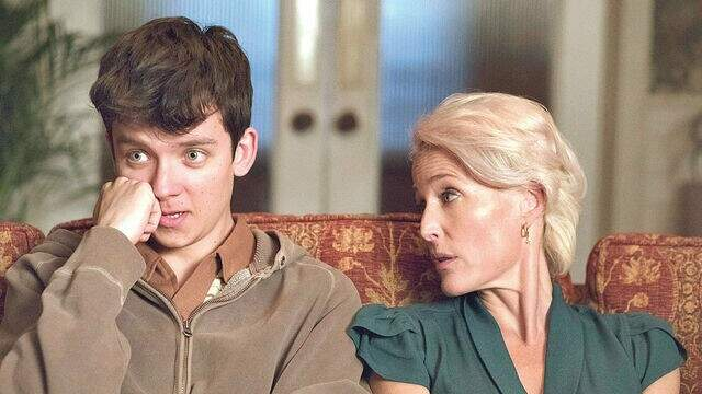 Cena da série Sex  Education mostra a mãe preocupada com o comportamento do filho  (Foto: Reprodução/Série)