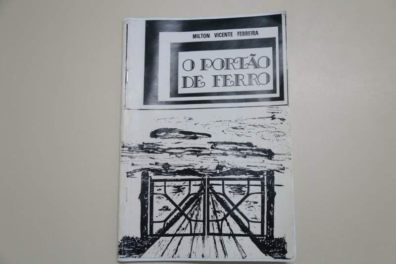 Imagem do portão só na capa do livro, como uma ilustração do Portão de Ferro de 1918 (Foto: Fernando Ientzsch)
