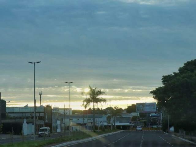 Sol aparecerá entre nuvens em Campo Grande nesta quarta-feira de cinzas. (Foto: Henrique Kawaminami)
