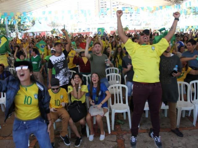 Torcedor brasileiro na Praça do Rádio comemorando o tão esperado gol. (Foto: Saul Schramm).