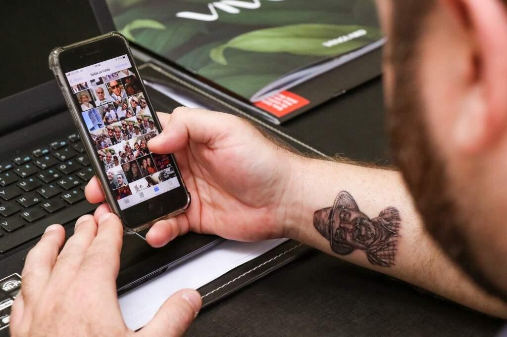 No celular estão as fotos que ficaram de recordações  (Foto: Henrique Kawaminami)