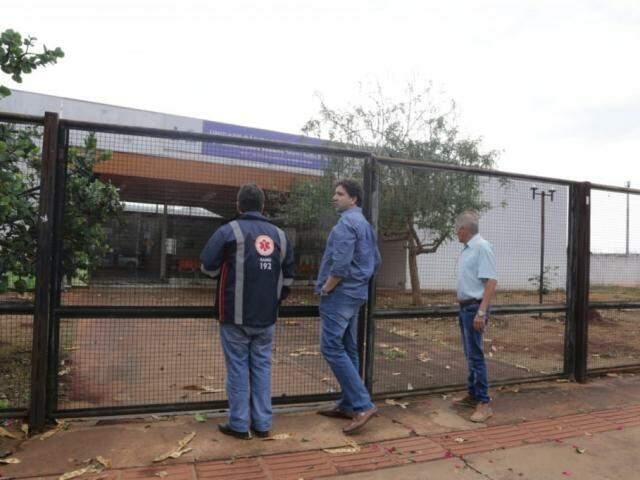 Secretário municipal de saúde percorreu as unidades de saúde afetadas pela chuva (Foto: Kisie Ainoã)