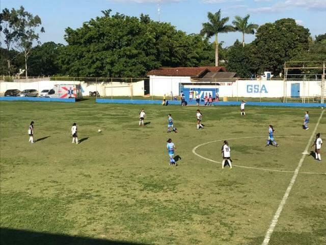 Lance de Operário e Serc no estádio Olho do Furacão, na Capital (Foto: FFMS/Divulgação)