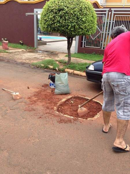 Moradora contrata pedreiro para reparar buraco em frente a sua casa (Foto: Direto das Ruas)