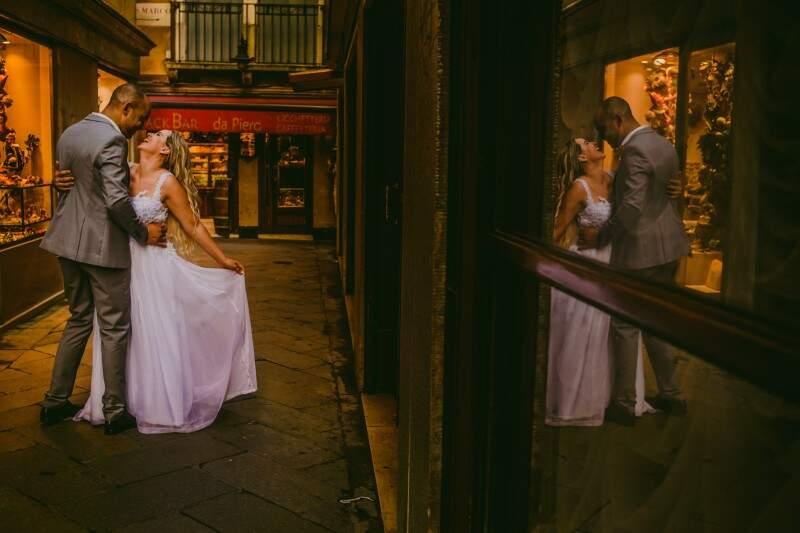 O casamento rendeu também ensaio em Veneza. (Foto: Allan Kaiser)