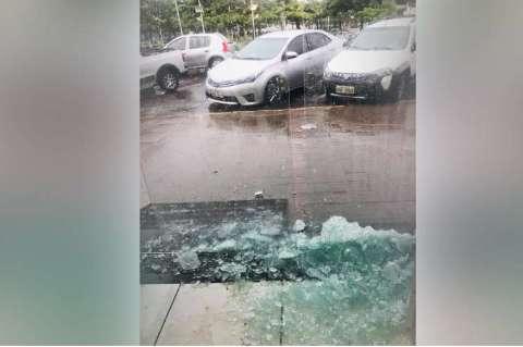 Durante temporal, loja é atingida por raio e tem porta de vidro destruída