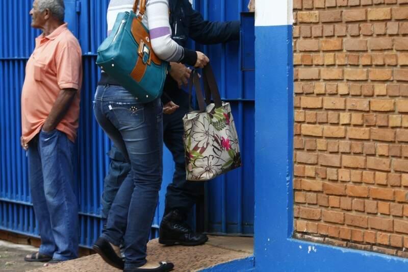 Visitantes de policiais detidos puderam entrar com pertences e foram hostilizados pelas mulheres dos presos (Foto: Cleber Gellio)