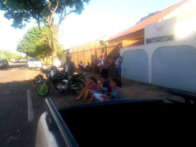 Pacientes esperam sentados no meio fio, na Avenida ao lado. (Foto: Direto das Ruas)