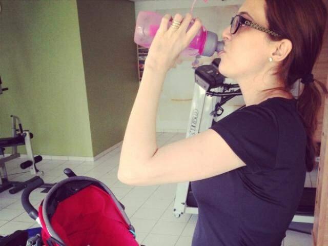 Maira se exercitando em casa de olho no Daniel. (Foto:Arquivo Pessoal)