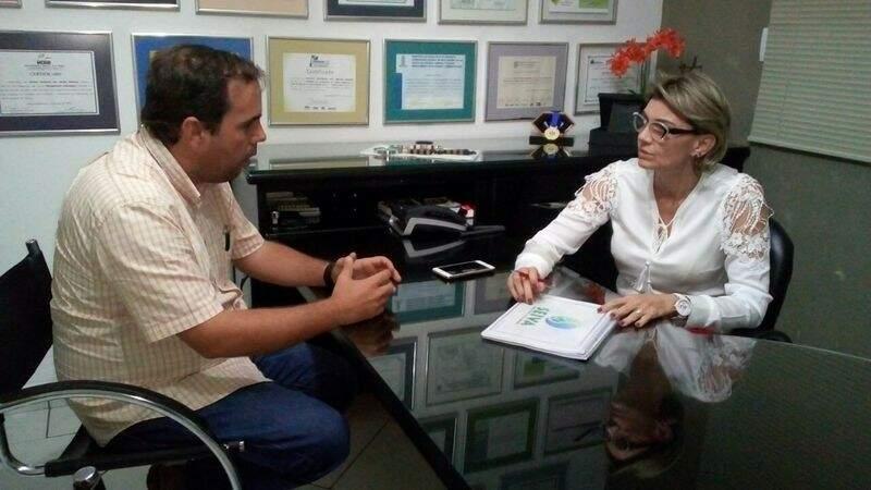 Gracita Santos Barbosa é gestora do de projetos do Instituto Seiva Brasil, e o prefeito. (Foto: Assessoria)