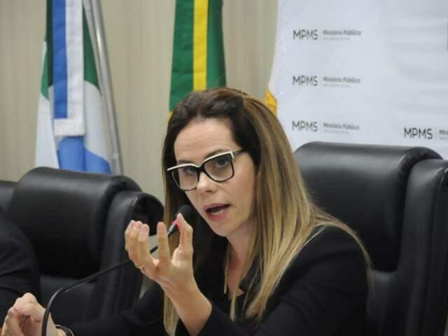 Coordenadora do Gaeco, Cristiane Mourão, explicando como funciona o esquema criminoso (Foto: Paulo Francis)