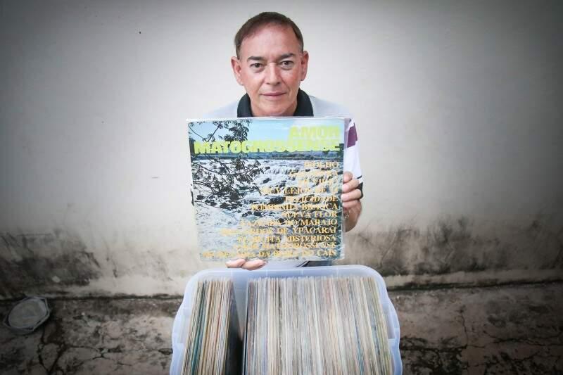 Plínio tem uma coleção de 400 discos de vinil de MS (Foto: Fernando Antunes)