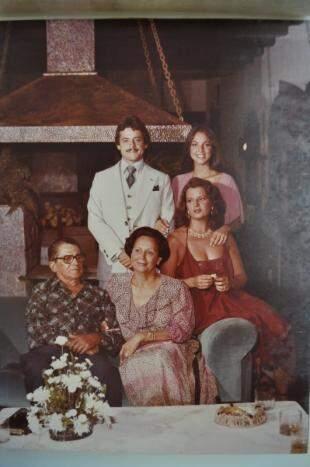 Família e convidados na sala da lareira. (Foto de Marcelo Calazans, da foto de Roberto Higa)