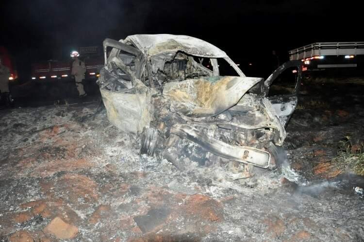 O carro foi destruído pelo fogo. (Foto: Márcio Rogério/Nova News)