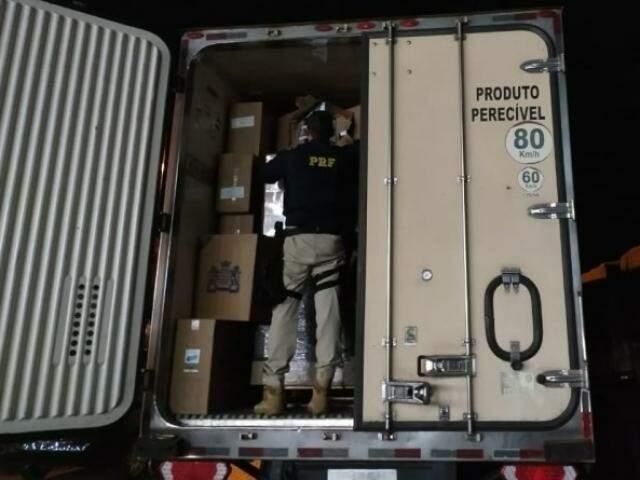 Na carroceria, estavam 1,2 mil caixas de cigarro paraguaia. (Foto: Divulgação/PRF)