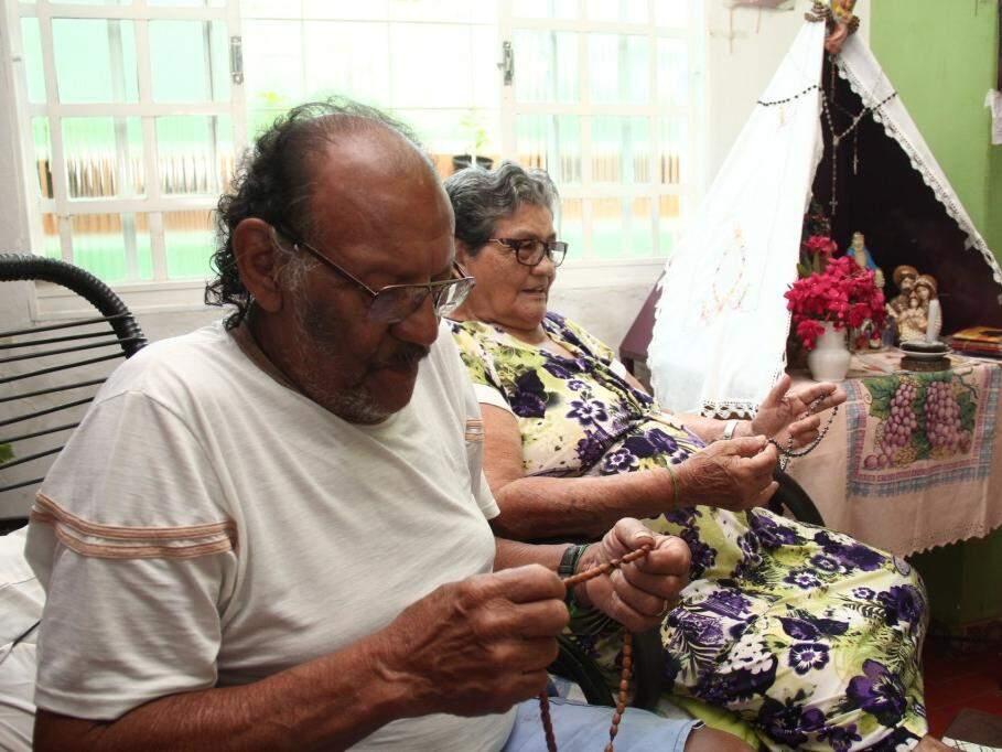 A rotina é a mesma, há 60 anos, desde que se casaram. (Foto: Marcos Ermínio)
