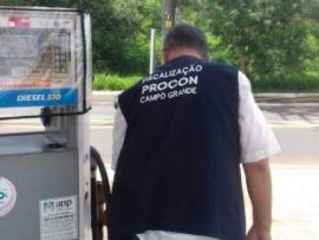 Fiscal do Procon durante vistoria em posto onde bomba apresentou problema. (Foto: Divulgação)
