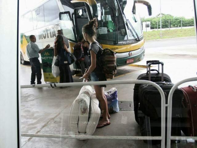 Passageiros embarcam na Rodoviária de Campo Grande: seguimento de Transporte e Correio cresceu 15,7% em junho no país (Foto: Saul Schramm/arquivo)