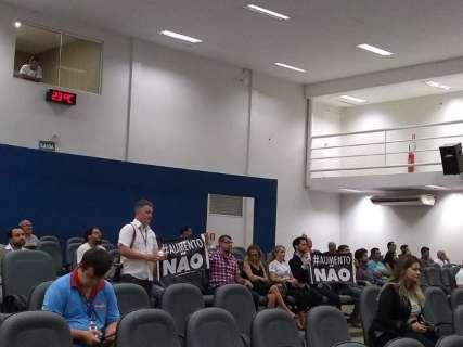 Grupo leva cartazes e acompanha votação sobre reajuste na prefeitura