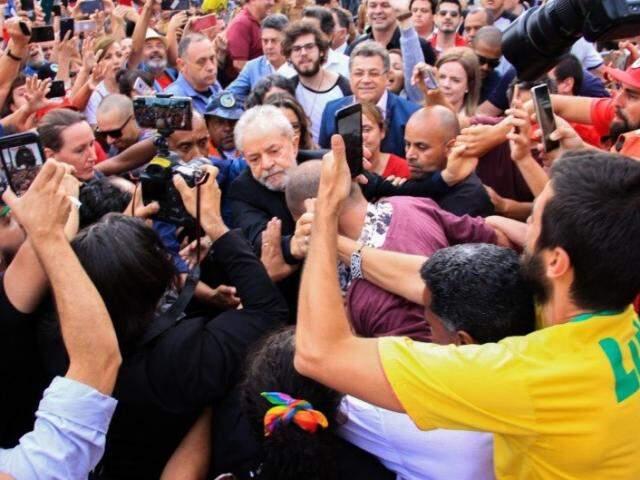 Lula discursa em frente à Polícia Federal. (Reprodução)