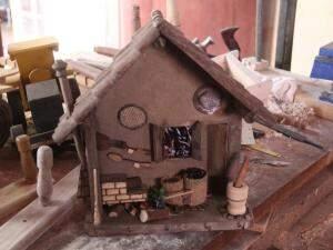 Os detalhes da casinha são feitos pela esposa de Erotidas, Dona Cleusa.