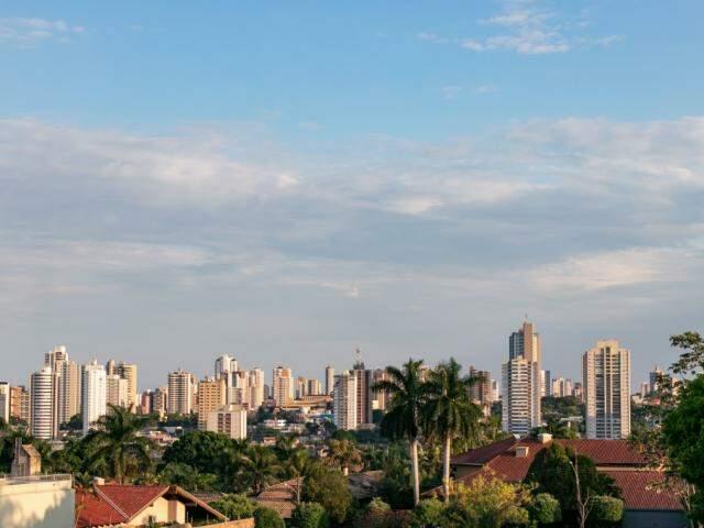 Capital amanheceu com céu claro, mas previsão é de pancadas de chuva a qualquer hora do dia. (Foto: Henrique Kawaminami)