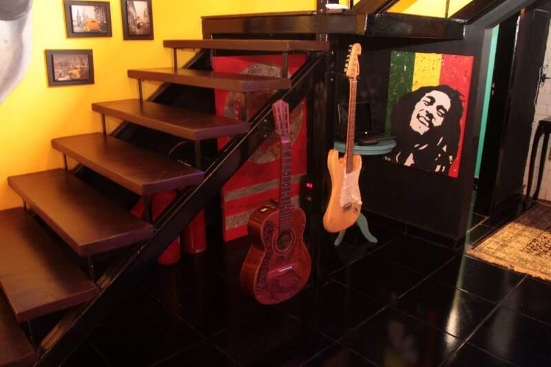 A decoração mistura música, arte e retrô. (Foto: Marcos Ermínio)