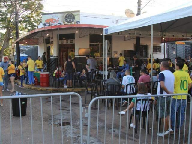 Conveniência experimentou, pela primeira vez, fechar rua para roda de samba e jogo da Copa. (Fotos: Marina Pacheco)