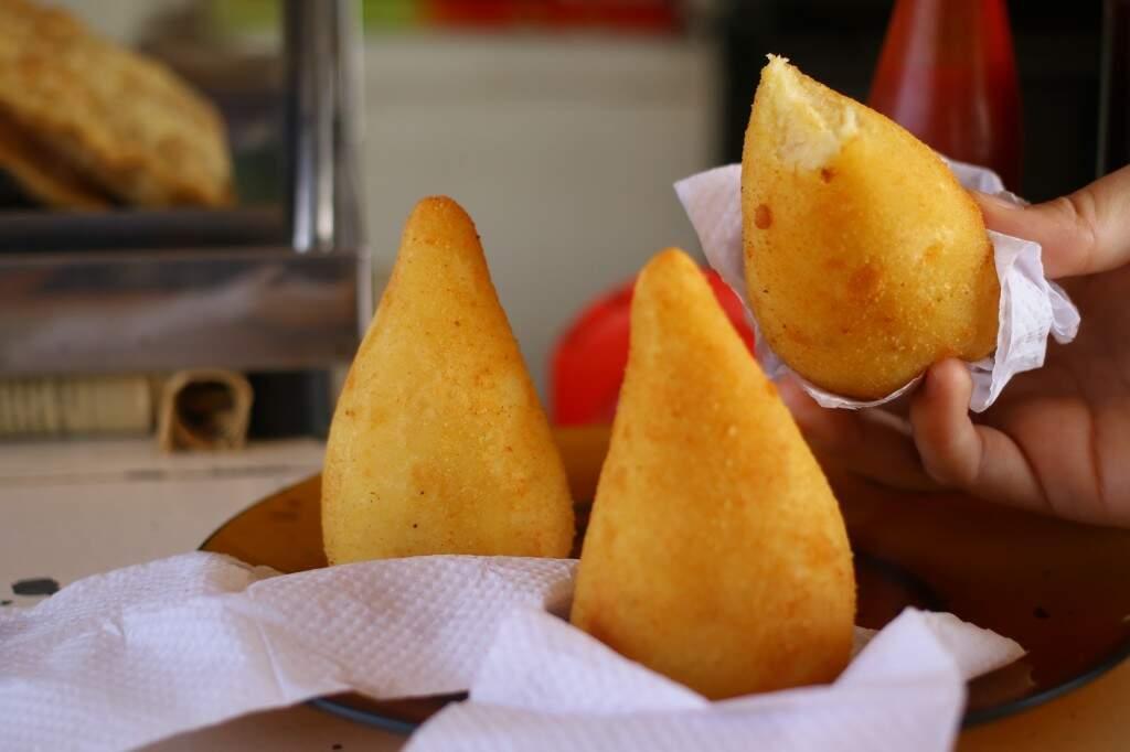 A coxinha de mandioca é um dos salgados preferidos da clientela. (Foto: André Bittar)