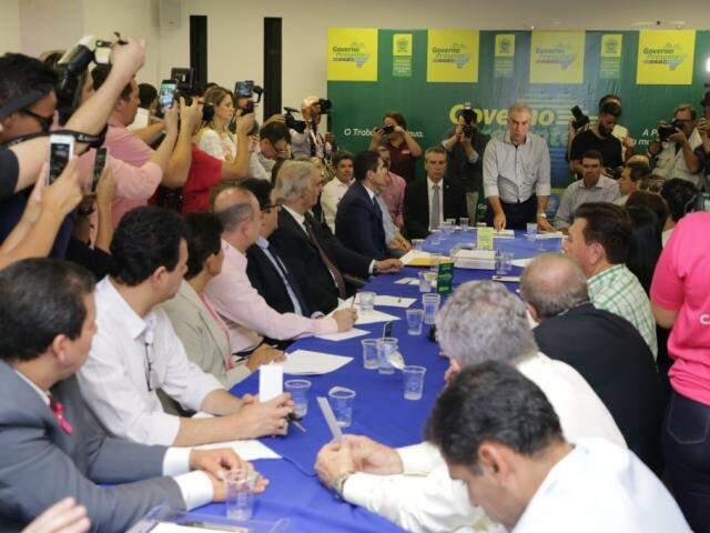 Governador comandou reunião com prefeito, vereadores e lideranças na Esplanada Ferroviária. (Foto: Kísie Ainoã)