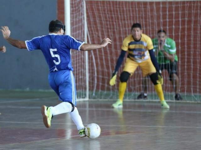 Marquinhos, do Ismac, com a perna direita em movimento para chutar a bola de frente para o gol (Foto: Divulgação)