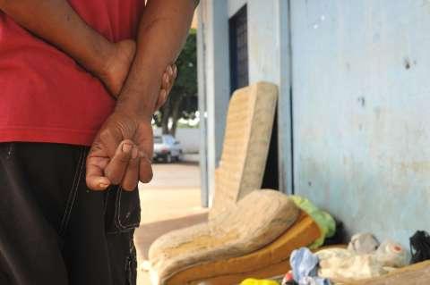 Em bazar ao ar livre, moradores de rua podem escolher qual doação levar