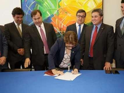 Ao lado de Rodrigo Maia e Mandetta, Tereza Cristina assina filiação ao DEM