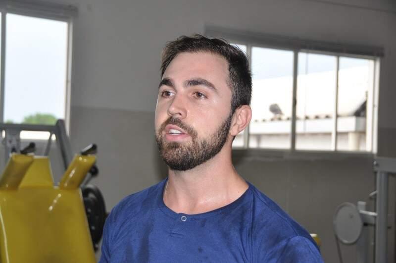 Gustavo diz que pratica da musculação ajudou nas atividades do dia a dia. (Foto: Marcelo Calazans)