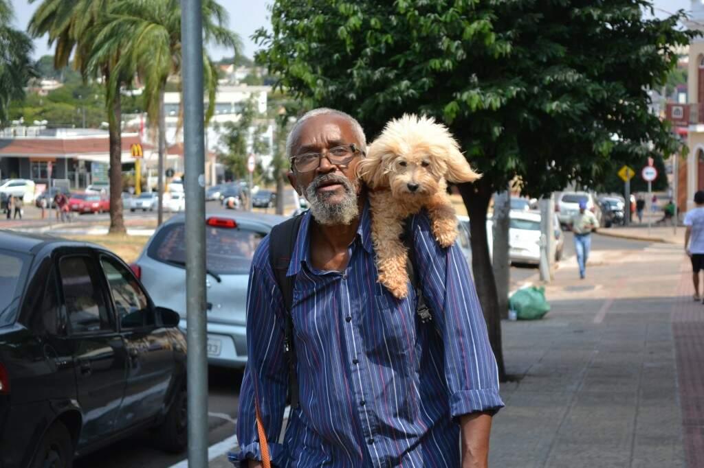Jorge leva o melhor amigo nas costas. (Foto: Thailla Torres)