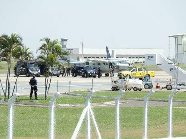 Adélio chegando ao Aeroporto Internacional de Campo Grande escoltado por agente penitenciários federais (Foto: Kísie Ainoã)