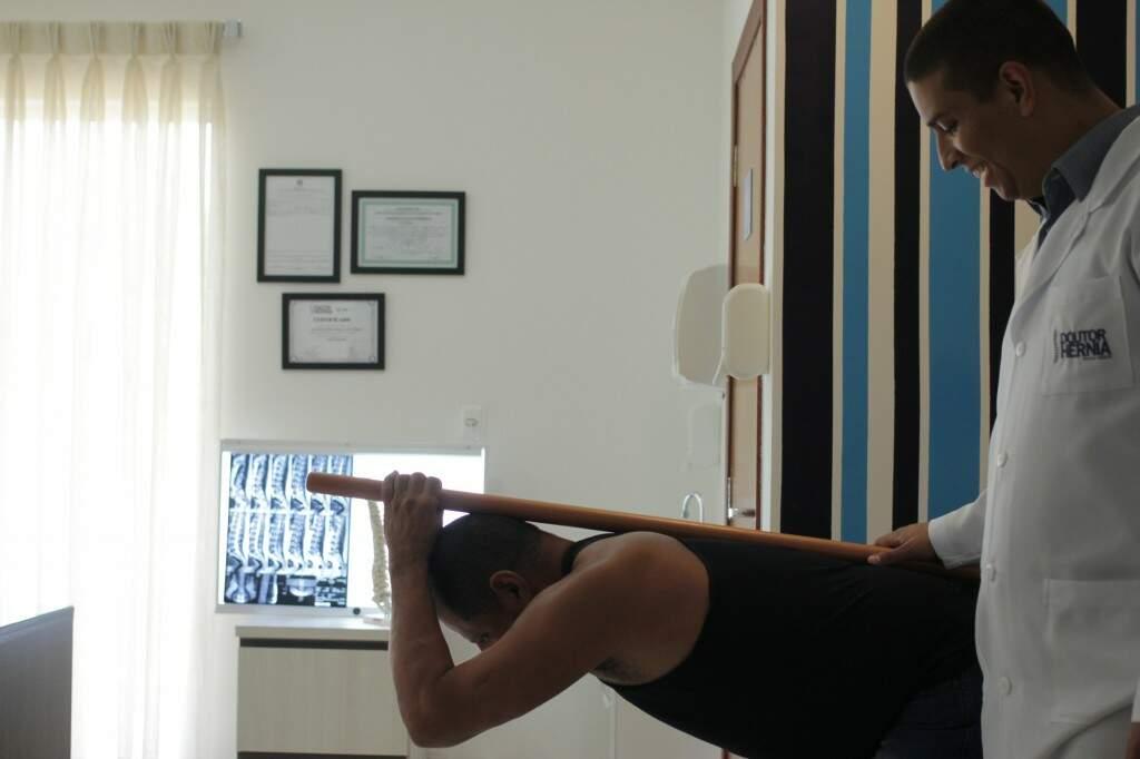 Depois, o tratamento realinha, descompressão vertebral e fortalece.