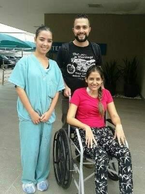 Karoline e o marido deixando hospital (Foto: Rádio Caçula)