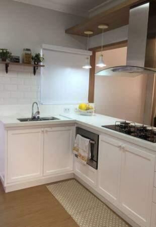 Disposição da pia, fogão e forno tornou a cozinha mais prática e espaçosa.