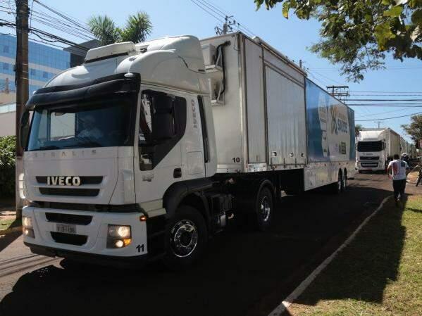 Carretas da Caravana da Saúde chegando em Campo Grande na quinta-feira (5). (Foto: Fernando Antunes)