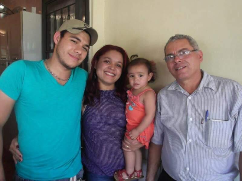 Clarice, Vander e a filha do casal, ao lado do pioneiro João Pereira Martins (Foto:Divulgação)