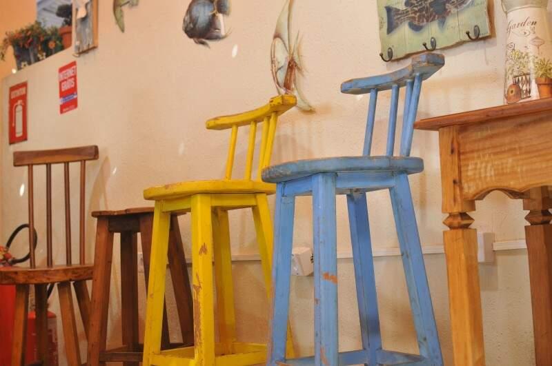 Móveis rústicos feitos com madeira de demolição. (Foto: Alcides Neto)