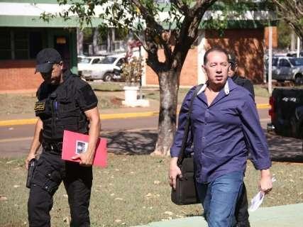 Presidente do Detran chega ao órgão acompanhado de agentes do Gaeco