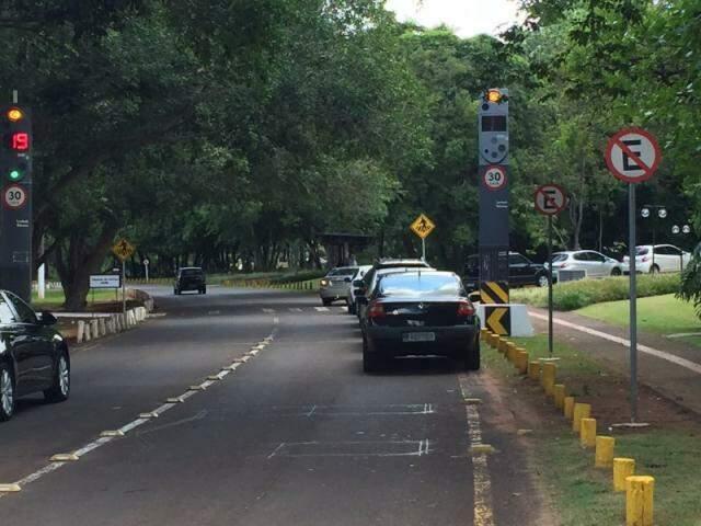 No Parque dos Poderes, os motoristas deixam os carros até em frente ao Tribunal de Justiça.  (Foto: Direto das Ruas)