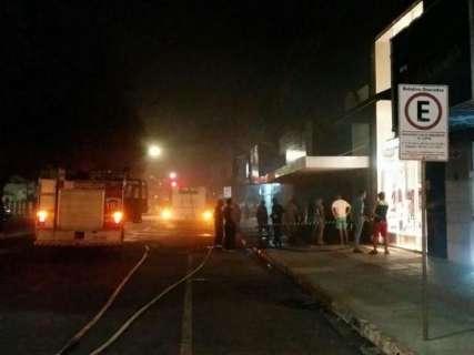 Boliche pega fogo, mobiliza Corpo de Bombeiros e interdita trecho de rua