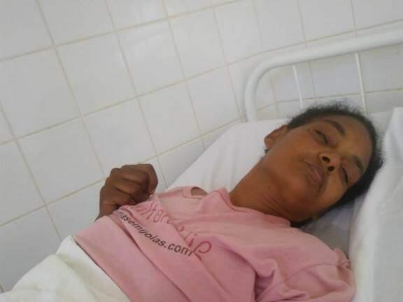 Mulher sofreu AVC na terça-feira (26) e ainda não conseguiu transferência para unidade hospitalar. (Foto: Direto das Ruas)