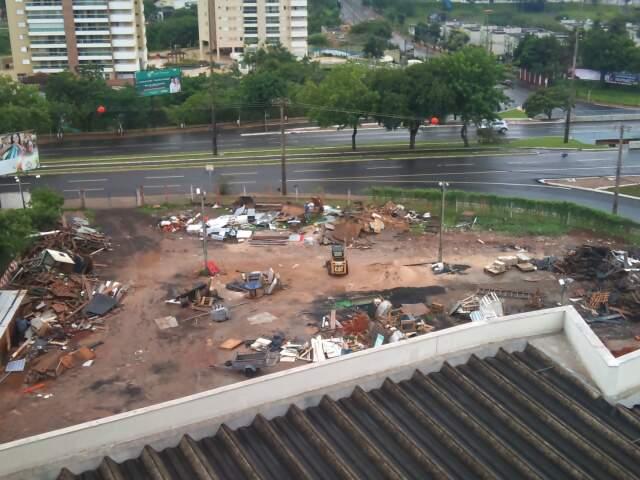Entulhos foram deixados no terreno onde funcionava o Garras. (Foto: Nadine Chaia)